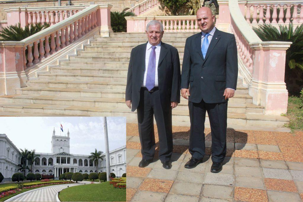 """""""Rektor IUT-a u društvu sa Peterom M. Tasom, ispred predsjedničke Palate u Asuncionu, Paragvaj, maj 2015.g."""""""